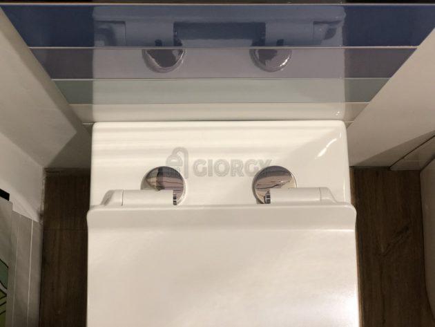 dettaglio sanitari wc filo muro in ceramica bianca forma arrotondata