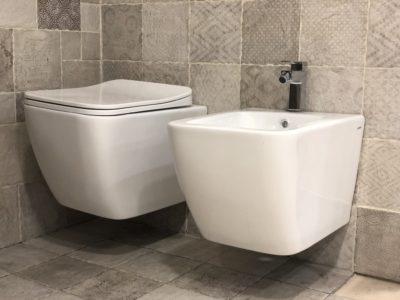 sanitari sospesi in ceramica bianca forma squadrata stile moderno