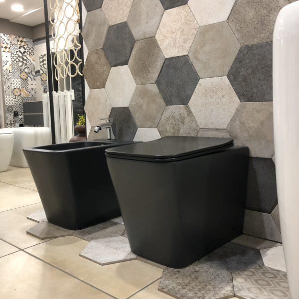 sanitari a terra in ceramica colore nero stile moderno