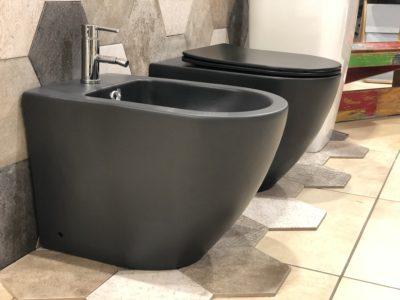 sanitari a terra filo muro in ceramica nera forma arrotondata