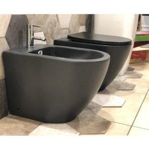 BENT BLACK – Sanitari a terra filo muro, forma arrotondata nero opaco