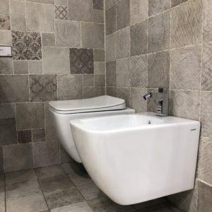 sanitari sospesi filo muro forma squadrata stile moderno