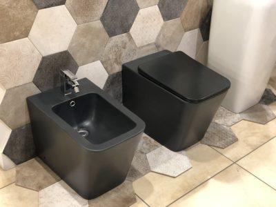 sanitari a terra filo muro in ceramica colore nero