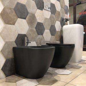 sanitari a terra filo muro in ceramica colore nero forma arrotondata