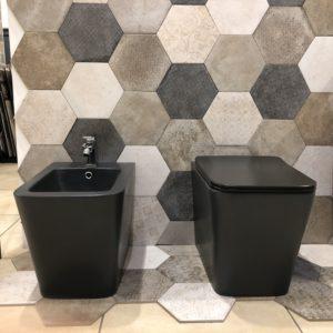 coppia di sanitari a terra filo muro stile moderno