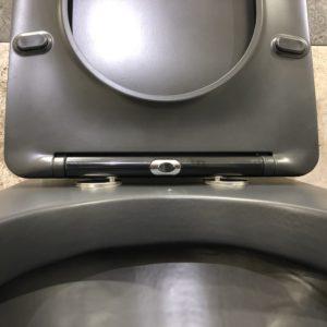 dettaglio wc in ceramica colore nero stile moderno