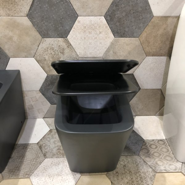 wc ceramica nera con sistema softe close