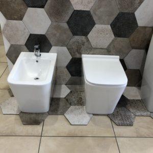 sanitari a terra filo muro in ceramica bianca forma squadrata