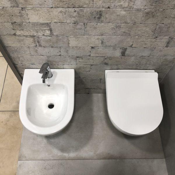 coppia di sanitari in ceramica bianca stile moderno