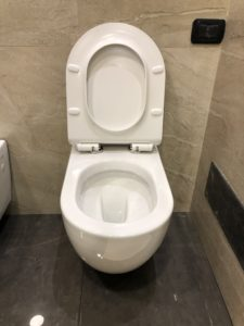 wc sospeso filo muro in ceramica bianca